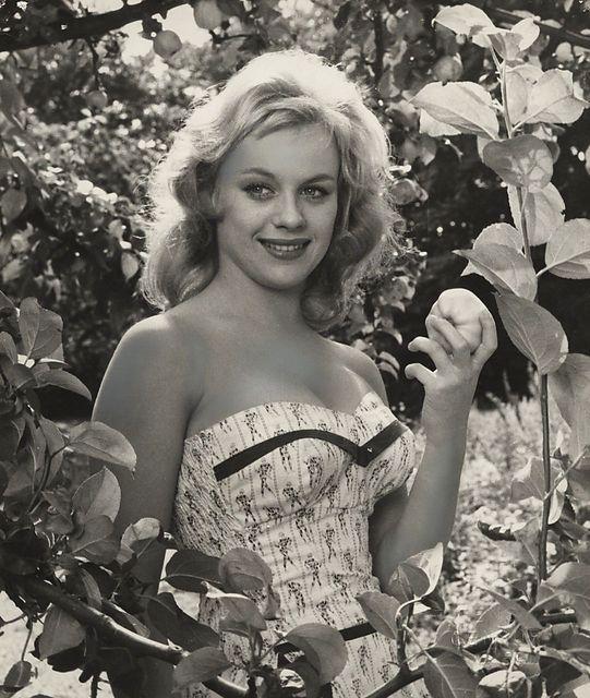 som oberstens datter, i Soldaterkammerater fra 1958.