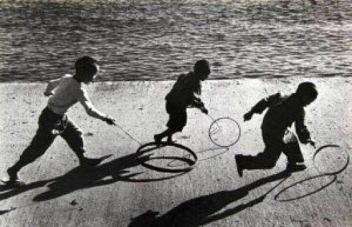 Μα πως ζούσαμε τότε χωρίς κανάλια, χωρίς τάμπλετ, χωρίς πλέιστέισον, χωρίς άιφον, χωρίς εορτοδάνεια; Ελεύθεροι! Ένα καταπληκτικό αφιέρωμα με φωτογραφίες από την παλιά Ελλάδα που δείχνει πως πάιζαν …