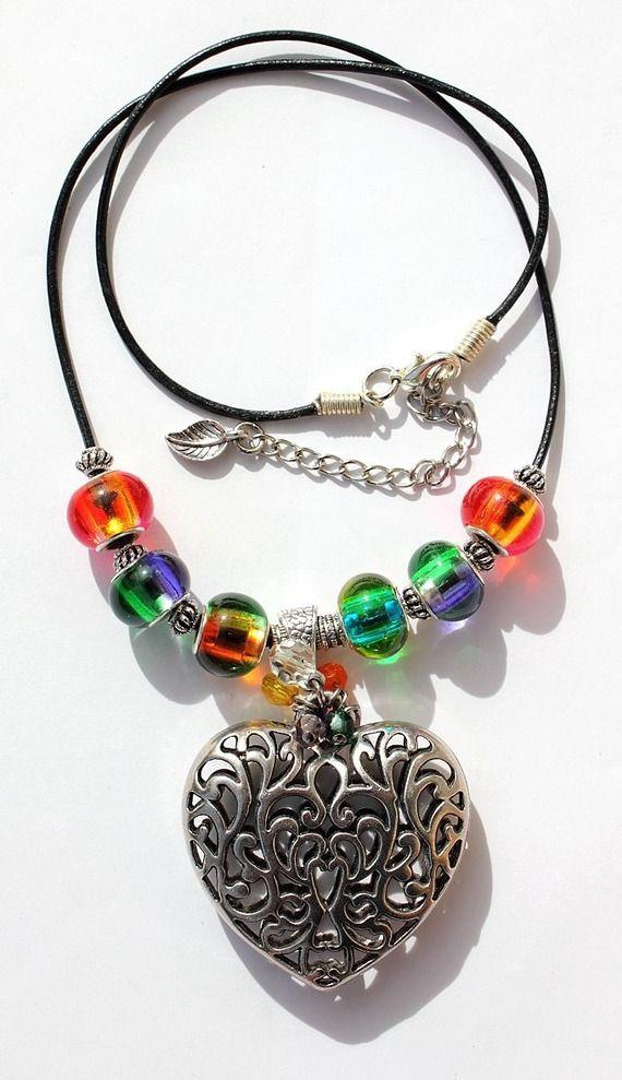 """Collier en perles de verre bicolore et à facettes avec un gros coeur argenté sur cordon cuir : """"Couleurs d'amour"""""""