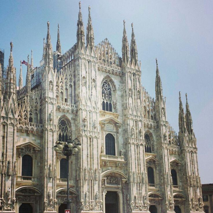 """Il Duomo,monumento più importante dell'architettura gotica in Italia,simbolo della città,dedicato a S.ta Maria Nascente,situato nell'omonima piazza in centro.Costruzione maestosa >157m di lung.135 guglie,oltre180 statue. La guglia più alta con """"La Madonnina"""" è >108m.Belle finestre di  mosaico vetroso illuminano l'interno.Per superficie è la 4ta chiesa d'Europa,la più importante dell'arcidiocesi di Milano.Stile: Gotico,Neoclassico,Neogotico.Costruzione:1386/1892. WWW.ORIZZONTENERGIA.IT…"""