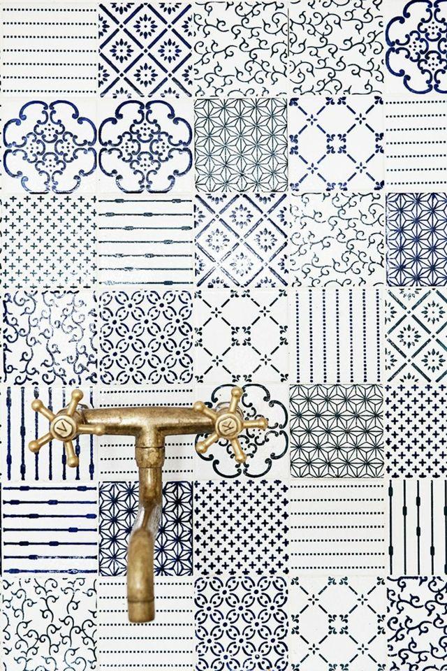 Vieux carrelage rétro en bleu et blanc et des motifs différents