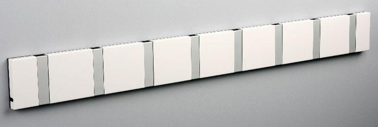 KNAX+knagerække+-+Hvid+-+8+aluknager+-+Hvidlakeret+knagerække+med+8+aluminiumsknager.+Knagerækken+er+produceret+i+et+moderne,+skandinavisk+design.+Oplagt+til+at+hænge+alt+familiens+overtøj+på.