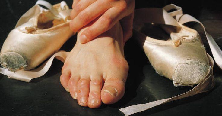 Como envolver un pie por una fascitis plantar. Un tratamiento para la fascitis plantar es envolver tu pie. La fascitis plantar es comúnmente la culpable del dolor en el talón. Es el resultado del engrosamiento de la fascia plantar, que va desde el talón hasta la parte de enfrente de tu pie. También puede ser provocada por arcos muy altos o muy bajos. El dolor de la fascitis plantar es ...