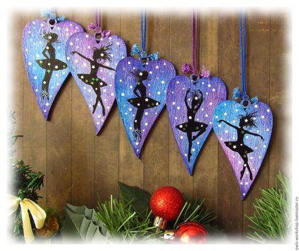 Купить или заказать набор новогодних елочных украшений подвесок Балерина на фиолетовом в интернет-магазине на Ярмарке Мастеров. Елочные украшения-подвески 'Балерина на фиолетовом' , 5 шт. выполнены в технике декупаж. Елочные украшения двусторонние, на обратной стороне подвесок - цветочный рисунок на сине-фиолетовом фоне. В декоре елочных подвесок использовались перламутровые маленькие звездочки-конфетти. Новогодние подвески-сердечки можно повесить не только на ёлку, но и на елку, можн...