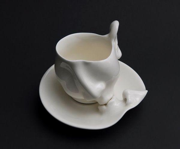 que graciosa la gente para convertir un objeto ordinario como una taza con paila, en una obra de arte