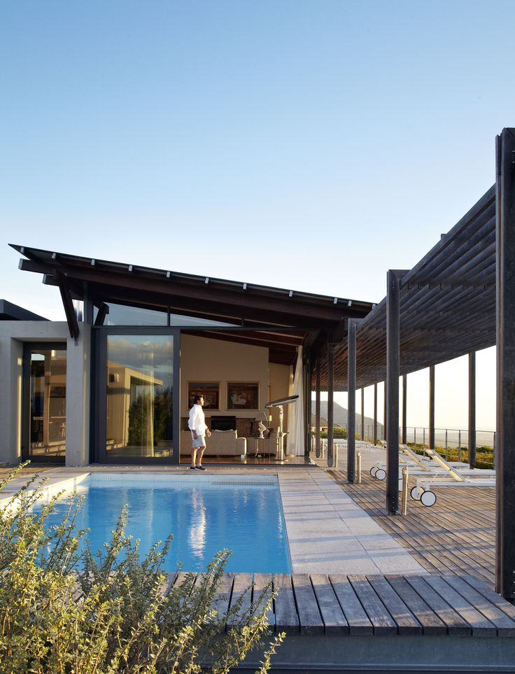 The use of timber, from the pergola to the balau decking around the pool…