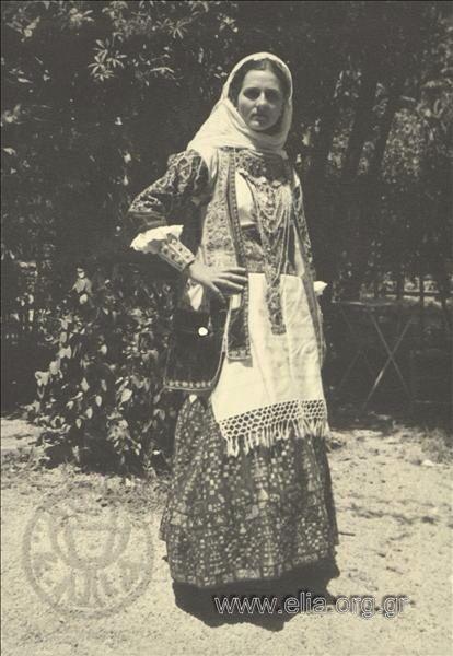 Εορτασμοί της 4ης Αυγούστου: γυναίκα με παραδοσιακή ενδυμασία από τα Μεσόγεια της Αττικής 1937. Nelly's (Σεραϊδάρη Έλλη)