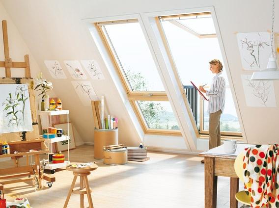 """Hobbyraum mit VELUX Systemlösung """"OPEN AIR"""" bestehend aus:    CABRIO™ Klapp-Schwing-Fenster GPL aus Holz mit Zusatzelement GIL zur Verlängerung nach unten"""