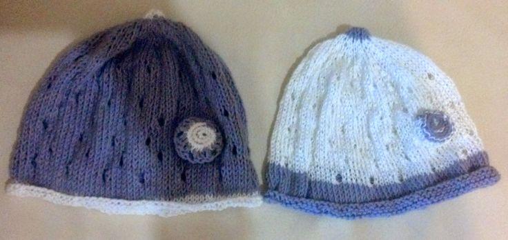 Cappellini  in filo lavorati a maglia.