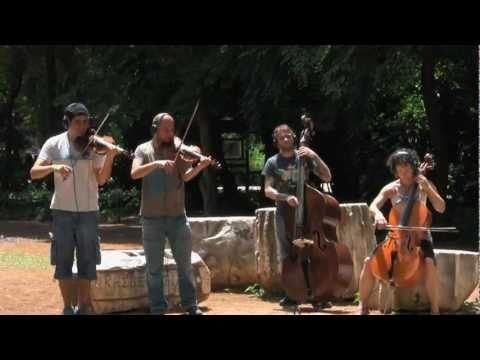 77 καλλιτέχνες, 40 διαφορετικά σημεία της Αττικής και ένα αριστούργημα της ελληνικής λογοτεχνίας, συνθέτουν τον καμβά της δράσης και της δημιουργίας του «εναλλακτικού» video «Παίζουμε Οικολογικά -- Ζούμε Λογικά -- Ενεργούμε Ομαδικά»!                                                            ΕΡΩΤΟΚΡΙΤΟΣ - ΣΤΙΧΟΙ    Του Κύκλου τα γυρίσματα που αν...