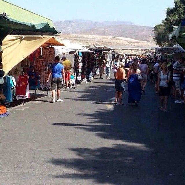 På markedet i charmerende Puerto de Mogán kan du gøre mange gode køb. Det lokale marked flytter rundt til forskellige byer på øen, men er i Puerto de Mogán fredage fra kl. 9-14. Her kan du købe meget forskelligt fx håndarbejde, tøj, smykker og helseprodukter. Du kan læse mere her: www.apollorejser.dk/rejser/europa/spanien/de-kanariske-oer/gran-canaria