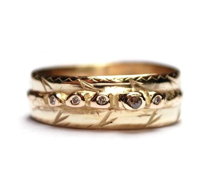 Trouwring gemaakt van eigen goud en nieuw goud gecombineerd. Van de bestaande ring worden twee ringen gemaakt die worden samengesteld met een rotsjesring met diamantjes in het midden.