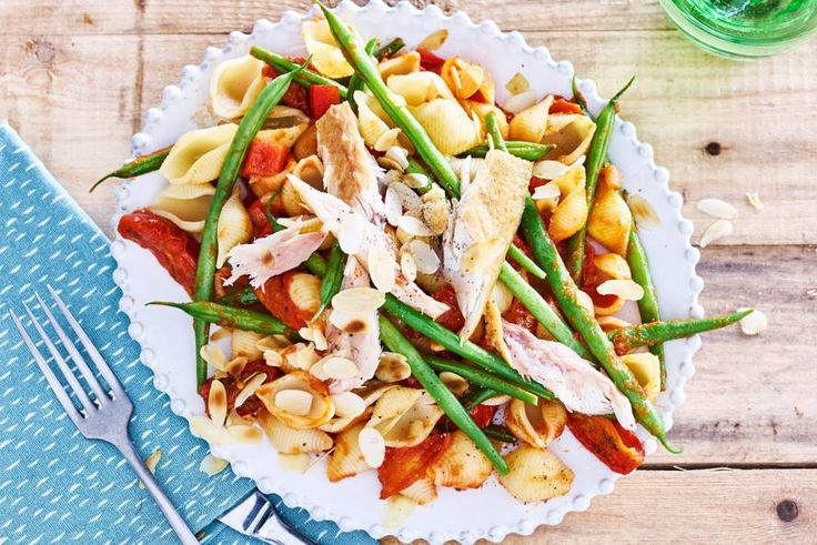 15 juli 2017 - Gerookte makreelfilet in de bonus = In deze schelpvormige pasta blijft de tomatensaus heel goed zitten. - recept - Allerhande