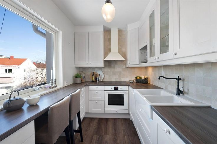 Pent kjøkken fra 2013 med spiseplass og integrerte hvitevarer