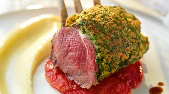 Lamskroon in kruidenkorst, aardappelmousseline, gedroogde tomaat en jus met rozemarijn