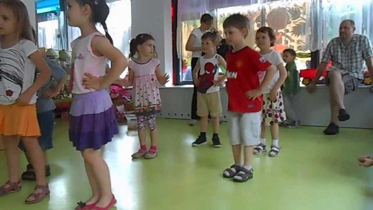 Dzieci z Bemowskiego przedszkola nr. 415 tańczą taniec nowoczesny.