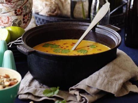 Mustig färgglad vegetarisk soppa, som serveras rykande het med koriandersmör och knapriga nötter