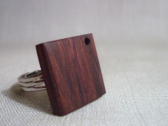 Bague en bois carrée. Bijoux en bois précieux moderne et design. Bague contemporaine en cocobolo.