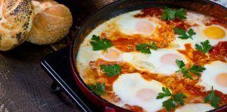 Shakshuka: Vajíčka v paradajkovej omáčke, na ktorých si pochutí celá rodina