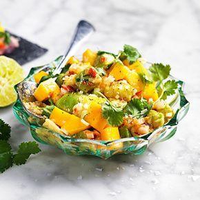 Till den här otroligt goda mango- och avokadosalsan är det smidigt värre att använda fryst färdigtärnad mango och avokado som du hittar i välsorterade butiker. Halstra tonfisk på grillen och bjud med den fruktiga salsan – eller ha som tillbehör till tacos!