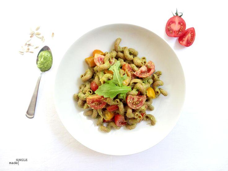 BBQ-SLAATJE: PASTASALADE MET RUCOLAPESTO EN TOMAATJES: Koude pasta: ik snap het eerlijk gezegd niet. Waarom pasta koud eten als het warm zoooveeeel lekkerder is? Maar over kleuren en smaken valt niet te twisten en omdat pastasalade zo populair is op een bbq, heb ik er ook eentje gemaakt. We gaan voor een klassieke versie met tomaat en pesto, maar geven het een twist door de basilicum te vervangen door pittige rucola.  En laat ons heel duidelijk zijn: deze pasta is koud lekker, maar warm nog…