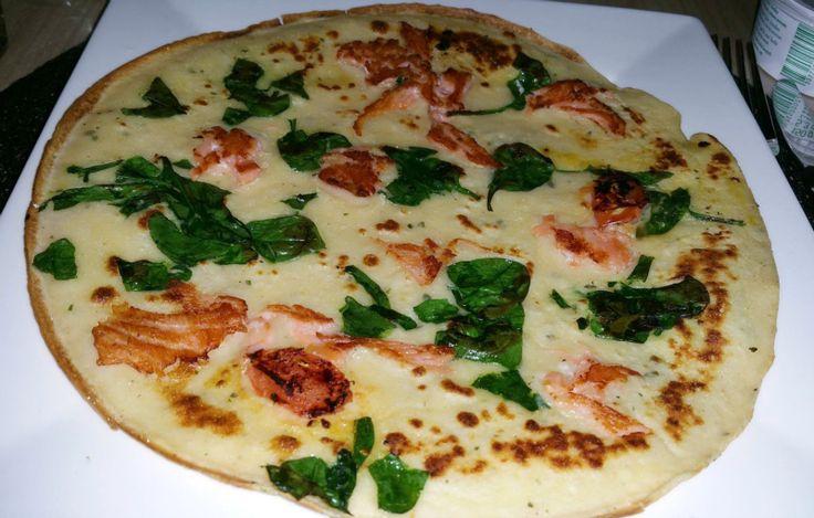 Dinsdag: Hartige pannenkoeken met zalm en spinazie. Maak eerst een basis pannenkoeken recept van bloem, melk, eieren en zout. Als je dit hebt gedaan doe er dan fijn gesned
