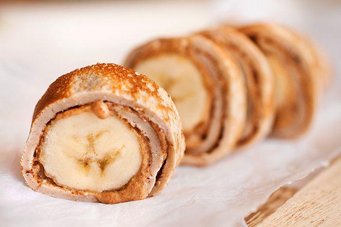Bananabites med jordnötssmör  En god, kaneldoftande pannkaka med jordnötssmör och banan är ett perfekt mellis i all sin enkelhet! Skär i munsbitar eller ät som en bananadog rakt upp och ned.