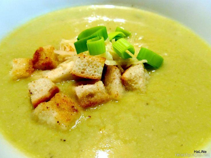 Pórková polévka         200 g pórku  2 brambory (cca 250 g)  30 g másla  100 g 12% smetany (1/2 kelímku)  2 stroužky česneku  1/2 čajové lži...