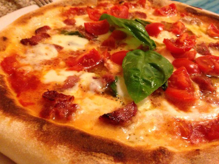 Pizza salame paesano e pomodorini.