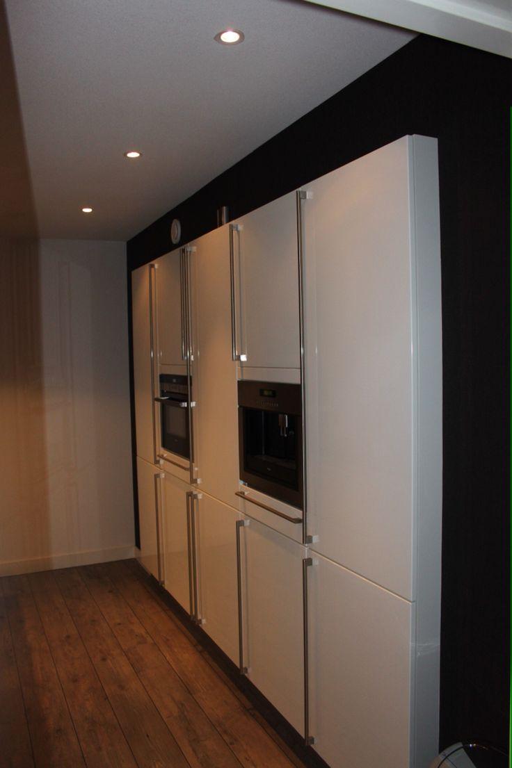hoge keukenkasten met apparatuur