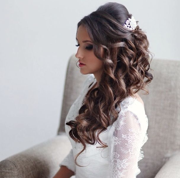 You have settled on the dress, shoes and the jewelry. Now on to one of the most important wedding day beauty decision: how you will wear your hair. We have got 35 stunning wedding hairstyles for you to get inspired. Take a look!