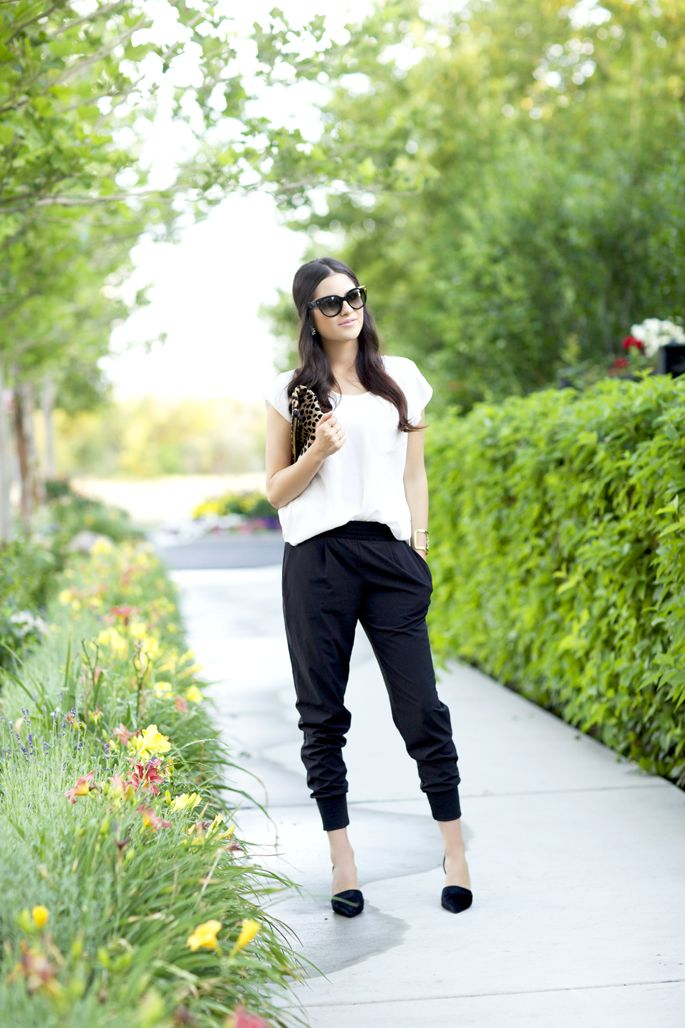 Black and white outfit this look is gorgeous need a pair of pants like these: Easy Outfit, Harems Pants Outfit, Black And White, Cute Hairs, White Outfit, Adidas Sweatpants, Black Harems Pants, Slouchy Pants, Pink Peonies