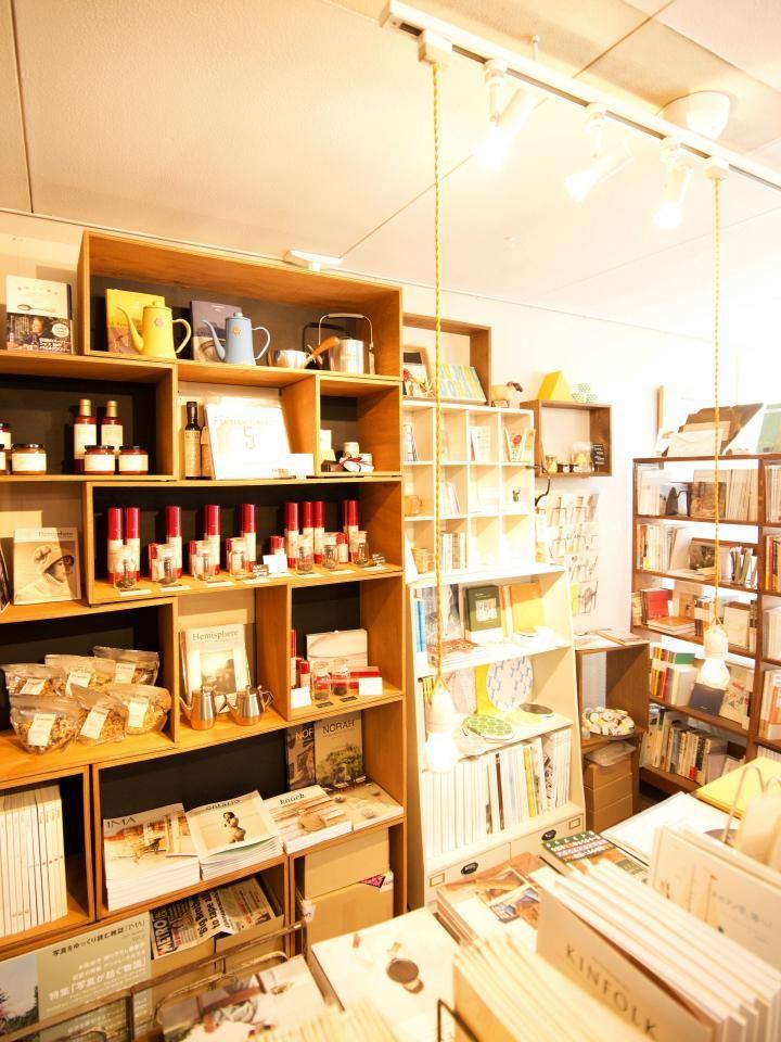 アートブックなどの本を中心に、ライフスタイルを素敵に演出してくれる商品を販売。店の奥のカフェスペースで、のんびりお茶と読書が楽しめます。