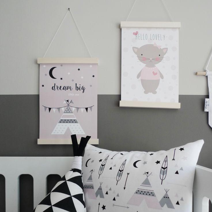 Deze roze poster met een tipi print staat erg leuk op een meisjeskamer. Door de zachte kleur te combineren met zowel pasteltinten als zwart wit of grijs.