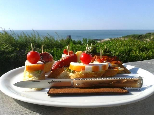 Artzaina au Kostaldea ! Les Couteliers Basques, artisans d'art à bidart, créateurs de couteaux basques, vous invitent à découvrir leurs gammes de couteaux traditionnels et originaux à travers leurs marques déposées Mizpira, Artzaina et Bixia. Ici Artzaina, couteau de poche basque traditionnel en néflier scarifié, fabrication française au Pays Basque (64). http://www.lescouteliersbasques.fr #lescouteliersbasques #Artzaina #apero #moncouteaubasque