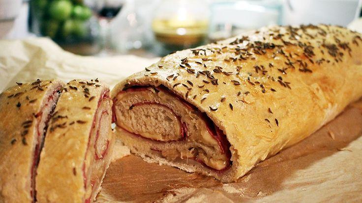 """Reuben Stromboli - """"Supermaukas pizzarulla toimii niin oluen, viinin kuin kahvittelunkin kanssa. Brunssilla ja piknikillä napakymppi."""""""