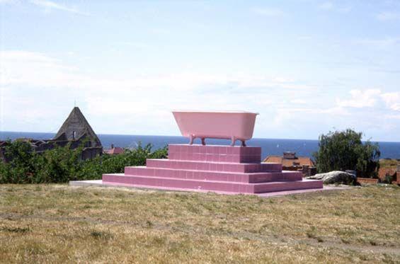 krzysztof m. bednarski, sarkofag bałtycki, 1993, wanna, glazura, wewnatrz odpadki wyrzucone przez morze, światło
