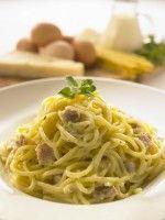 Recept Pasta Carbonara. Pasta met een romige saus en spek. Je denkt aan een blender vaak aan sappen en smoothies; maar je maakt er ook van dit soort heerlijke gerechten mee. Het is ook nog eens heel snel gemaakt. Je weet precies wat je eet en wordt niet bedot door wat er op een pakje of potje staat. En je kan het nog aanpassen naar eigen smaak. Experimenteer en maak je eigen saus door extra's toe te voegen.