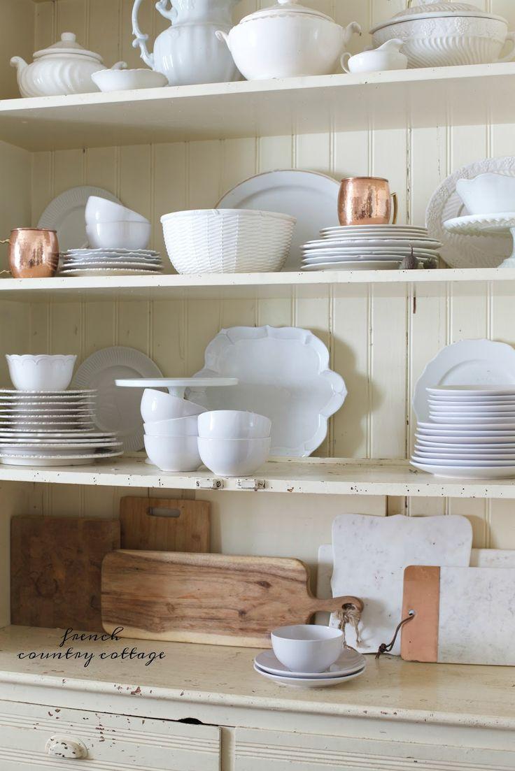 Πιάτα, μπολ, πιάτα και κύπελλα, σανίδες κοπής, εσείς το όνομα. Δεδομένου ότι οι περισσότεροι από εμάς έχουμε πολλά κομμάτια τα οποία είναι επιπλέον όπως κύπελλα και plates- τοποθέτησή τους σε ένα ανοιχτό ντουλάπι είναι ένας εύκολος τρόπος για να δημιουργήσετε ένα όμορφο οθόνη.