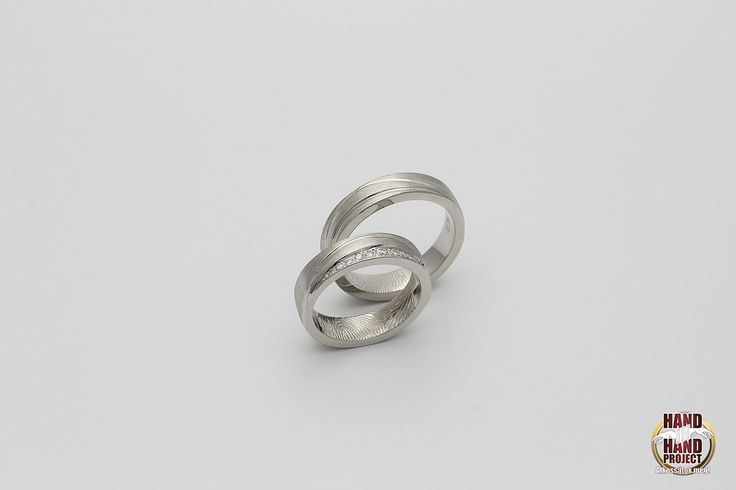 Szilvi és Péter saját kezűleg készített fehér-arany ujjlenyomatos jegygyűrűi.