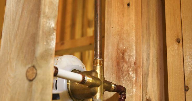 Como consertar um vazamento na tubulação de cobre sem  soldar. Quando um vazamento em uma tubulação de cobre se desenvolve, sua localização é óbvia. Você não precisará procurar, pois a tubulação estará pingando em você. Esta informação não é muito difundida, mas tubos de cobre se corroem com o tempo e começam a vazar por si só.