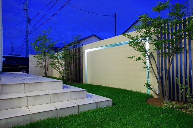 光の色を活かしたモダンエクステリア。 #lightingmeister #pinterest #gardenlighting #outdoorlighting #exterior #garden #light #house #home #modern #stylish #entrance #lightup #モダン #エクステリア #スタイリッシュ #外構 #玄関 #ライトアップ #家 Instagram https://instagram.com/lightingmeister/ Facebook https://www.facebook.com/LightingMeister