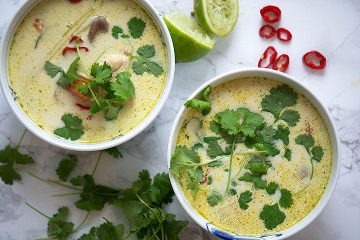 Virkelig skøn og nem opskrift på thaisuppe med kylling og kokosmælk -kan justeres i styrke efter smagsløg og nem at lave - få opskriften her
