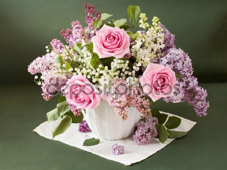 Konstnärliga Stilleben med enorm bukett lila och lily dalen blommor och rosor på målning bakgrund — Stockbild #63664729