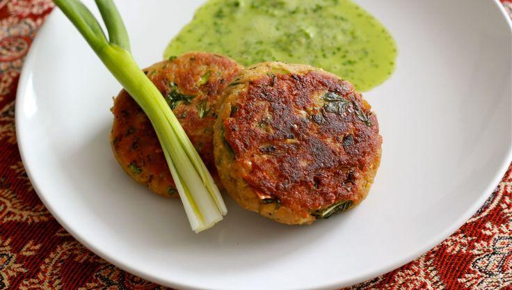 Shami kebabs pueden ser los mejores kebabs del mundo. Estas hamburguesas se hacen excepcionalmente sedosas debido a la adición de la dal channa y el picado fino en una picadora eléctrica. El resultado es una superficie lisa y suave que se derrite en la boca. Pueden hacerse con anticipación para congelarlos y freírlos cuando sea necesario. Este Kabab frito se puede hacer con carne de cabra, oveja, de cordero, carne de res, pero sabe mejor cuando se hace con carne de carnero o cordero. Servir…