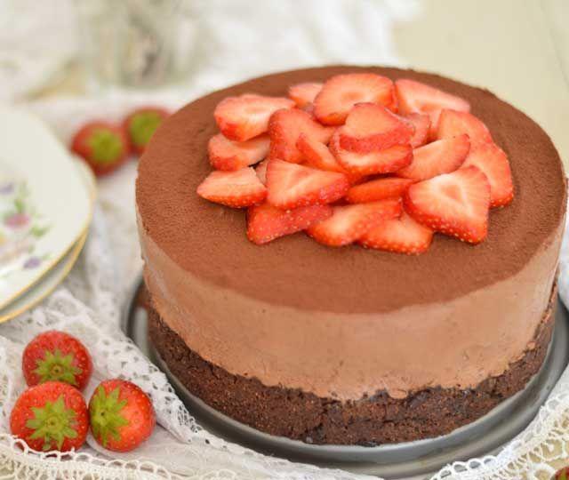Chocolade cheesecake met een koekjesbodem. De bodem van deze taart is een grote chocolate chip cookie. Daarboven een smaakvolle cheesecake van pure en melkchocolade afgetopt met cacaopoeder en rood fruit. Een waar feestje!