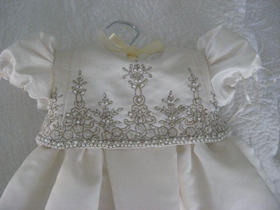 Taufkleid aus Ihrem Hochzeitskleid … so hübsch! Gut gesegnetes Baby …   – Great Ideas