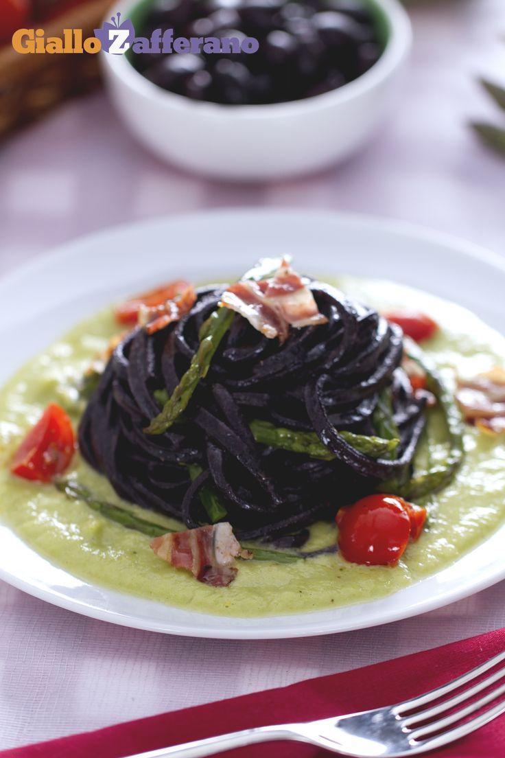 Il segreto degli SPAGHETTI ALLA CHITARRA AL NERO DI SEPPIA è l'oliva cellina, una particolare tipologia che rilascia il colore nero perfetto per tingere la pasta. #ricetta #GialloZafferano: http://ricette.giallozafferano.it/Chitarra-al-nero-di-olive-con-asparagi-e-pancetta.html #Puglia #Italianfood #Italianrecipe