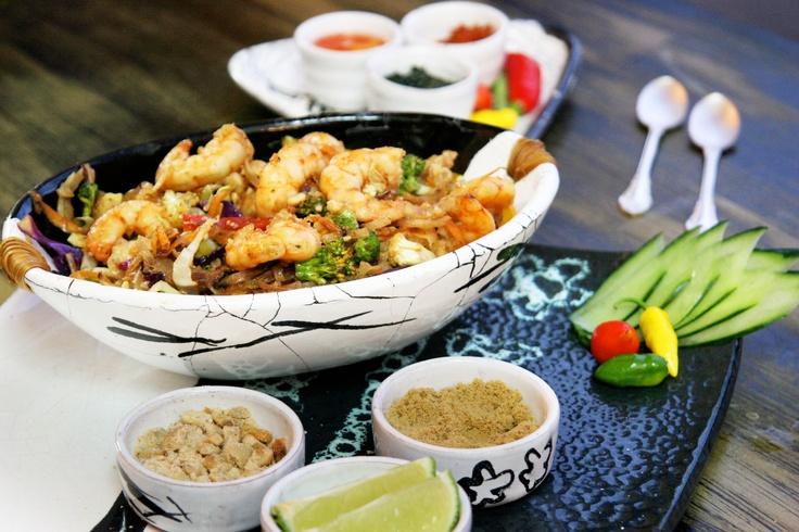 Pad thai: massa de arroz frita + alho + gengibre + molho de ostras + camarões + castanha!