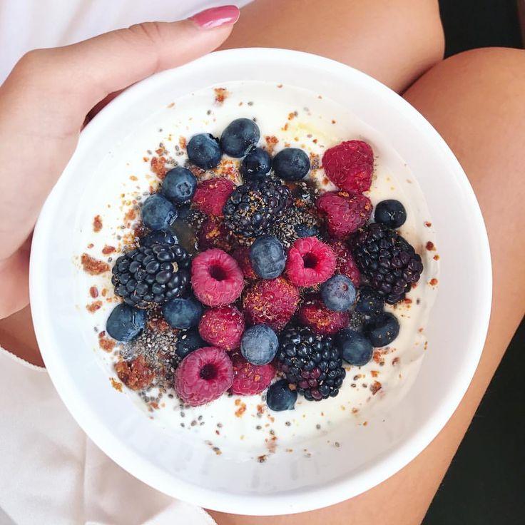 Morning! 🙃 . . . . . . . . #frutas #manhã #cafedamanha #desayuno #brasilianblogger #breakfast #food #comida #frutosdelbosque #frutasvermelhas #lifestyle #instagramer #instafood #instalife #instablogger #españa #blogueira #mornings #yogurt #chia #linseed #yogurtbowl
